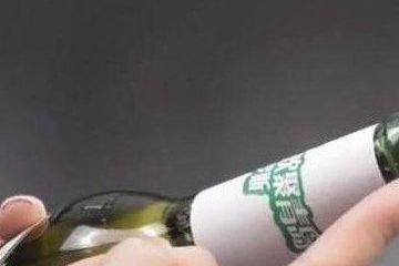 喝了几十年啤酒才知道瓶盖上有个小机关不论是谁都能轻松打开
