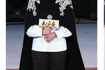 与苗圃姚星彤穿同款斗篷,64岁赵雅芝白衣白裤,造型竟然是最洋气