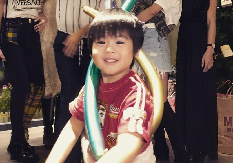 林志颖夫妇晒3岁双子星庆生九宫格,哥俩萌翻了,一家五口好温馨