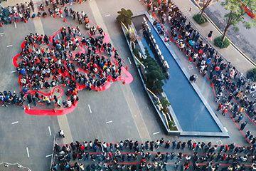 开工红包哪家豪?四千人排队领马化腾红包,马云线上抽彩票