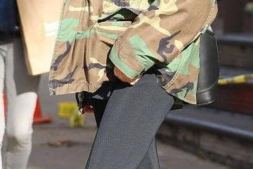 原创             贝嫂终于不穿拖地裤,冬天穿九分阔腿裤露脚踝,厚底鞋得有20cm?