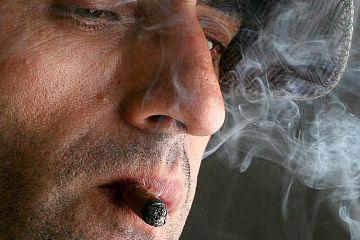 原创             吸烟的人群注意了,手指出现一个征兆的时候,癌症可能已经找上你