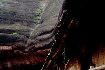 湖南天然岩洞里建了瓦房,两户人家住洞穴不愿搬走,生活安宁