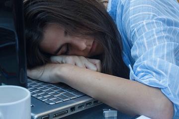 原创             明明睡足了8小时,为什么还犯困?或与这5个原因有关,需重视!