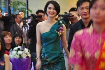 张丹峰发声明开除毕滢后洪欣首现身 笑容灿烂状态极佳