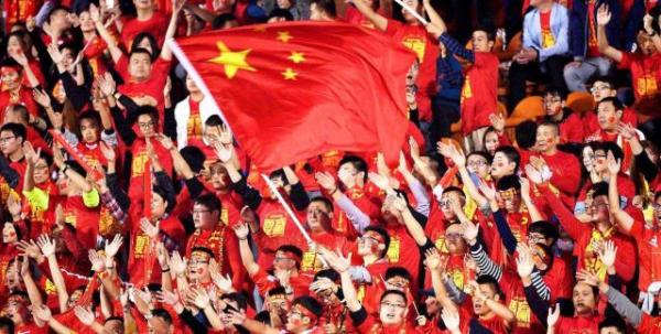 中国足球迎来了一个好消息,亚足联正式公布了2023年亚洲杯的举办国:中国。 由于此前申办竞争对手?#23478;?#36864;出,中国拿下举办权毫无悬念。对于国足来说,这?#24808;?#21619;着球队将?#36828;远?#36947;主身份入围决赛圈,继2004年后再度享受主场作战的待遇。 上一次在中国举行的亚洲杯上,国足获得亚军,创造了历史最好成绩,此番又成为东道主,球迷无疑都希望国足能够再次拿出良好表现。 而在如愿赢得亚洲杯举办权后,中国足协的下一个目标很可能就是申办世界杯。  对手纷纷退出,无悬念中标 ?#29575;?#19978;,在2019年亚洲杯的申办国家名单中,中国就曾榜上