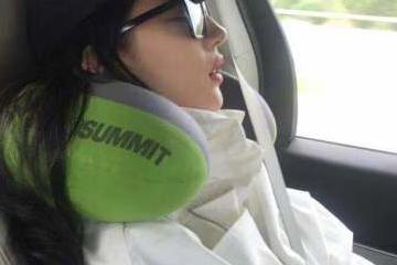 刘亦菲车上睡觉被偷拍 第一反应竟是担心自己流口水