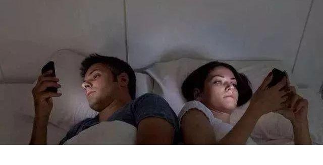 """长期在睡前玩手机的人,用不了多久,这3个""""痛苦""""或许会落你身上"""