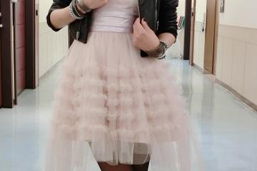 林心如气质好打扮随性,粉嫩公主裙还要配黑丝袜,一双美腿更吸睛